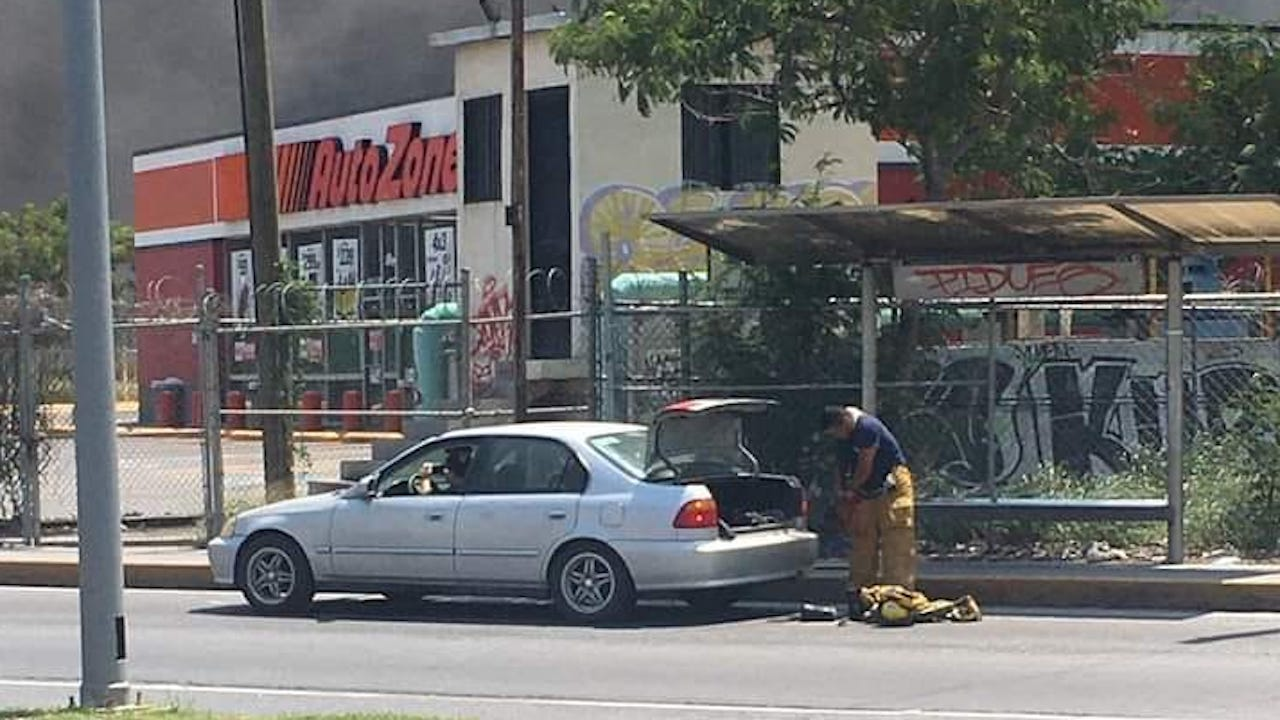 Bombero se viraliza por ayudar a combatir incendio en su día de descanso