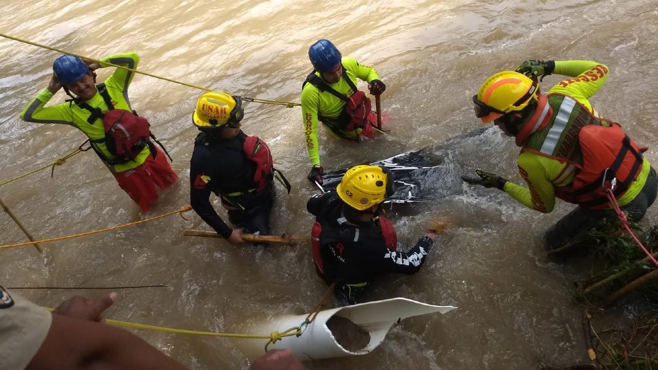 Buscan a mujer arrastrada por corriente del Río Cuale, Jalisco; hallan restos de su camioneta