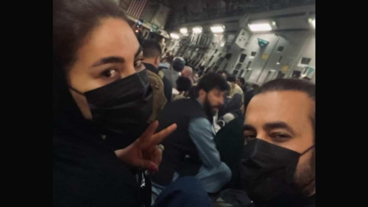 Cantante afgana escapa de Kabul en avión de carga