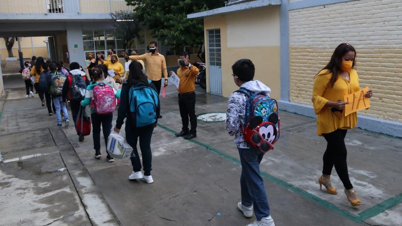 Cientos de estudiantes regresaron a clases en CDMX, algunos presencial y otros virtual