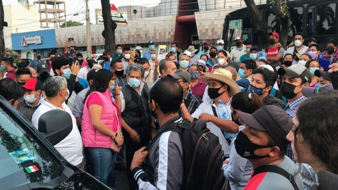 Un grupo de Maestros de la CNTE, impidieron el paso a Andrés Manuel López Obrador, presidente de México (Cuartoscuro)