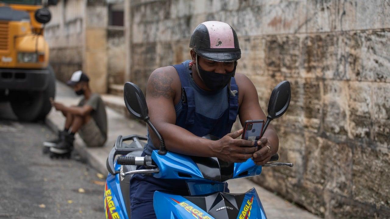 Senado de EEUU aprueba que Biden facilite a Cuba acceso a internet