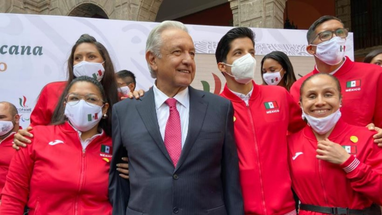 El presidente de México, Andrés Manuel López Obrador con la delegación paralímpica de Tokyo 2020