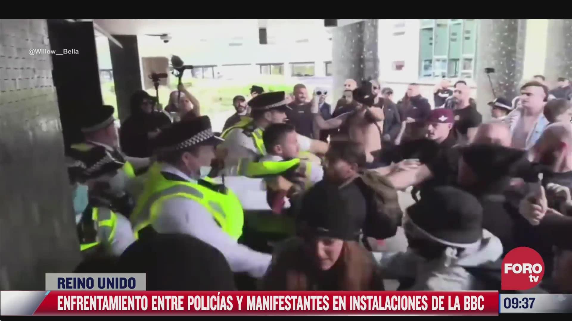 enfrentamiento entre policias y manifestantes que se oponen al pasaporte covid