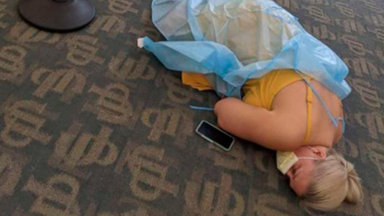 Mujer con covid se acuesta en piso de clínica en florida y foto se hace viral