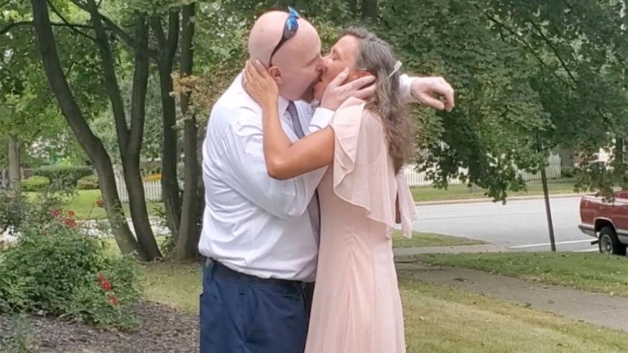 Mujer se casa con hombre condenado por homicidio de hermano