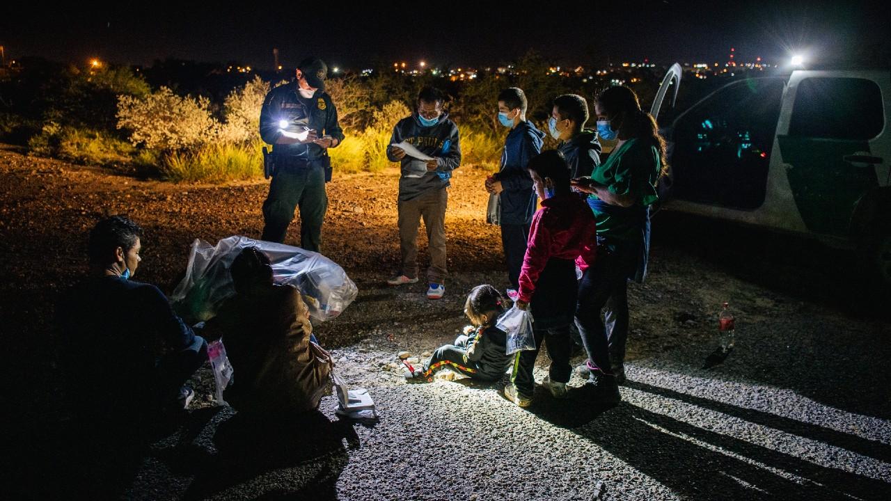 ICE asumirá casos de migrantes por saturación en centros fronterizos de EEUU