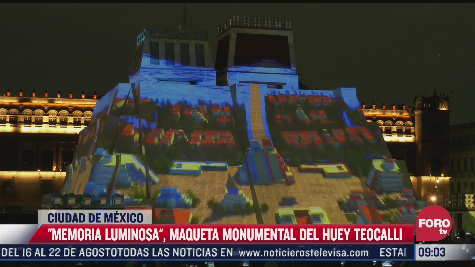iluminan maqueta representativa de la gran piramide en el zocalo cdmx