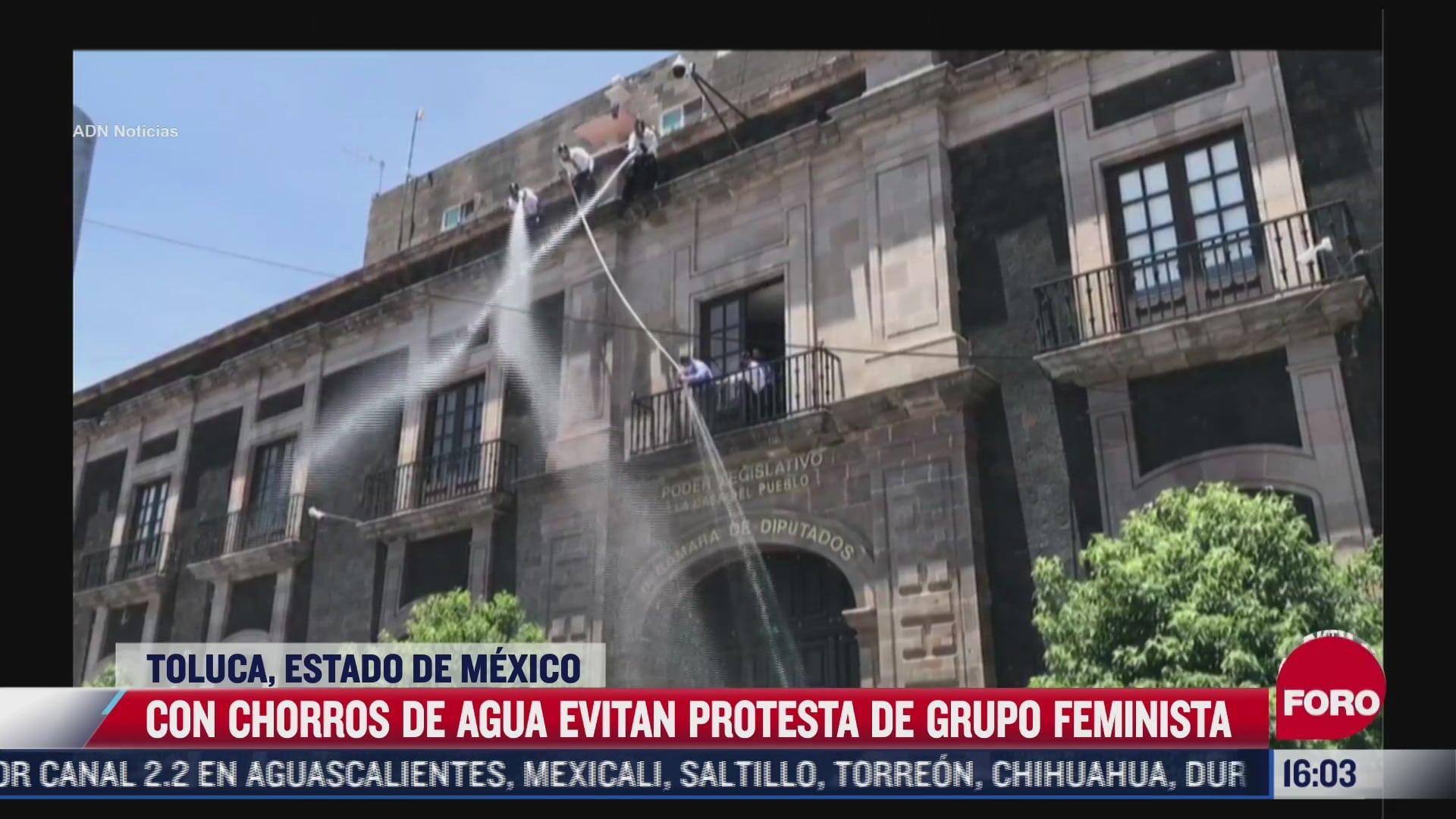 inhiben protestas de feministas con chorros de agua y extintores en toluca