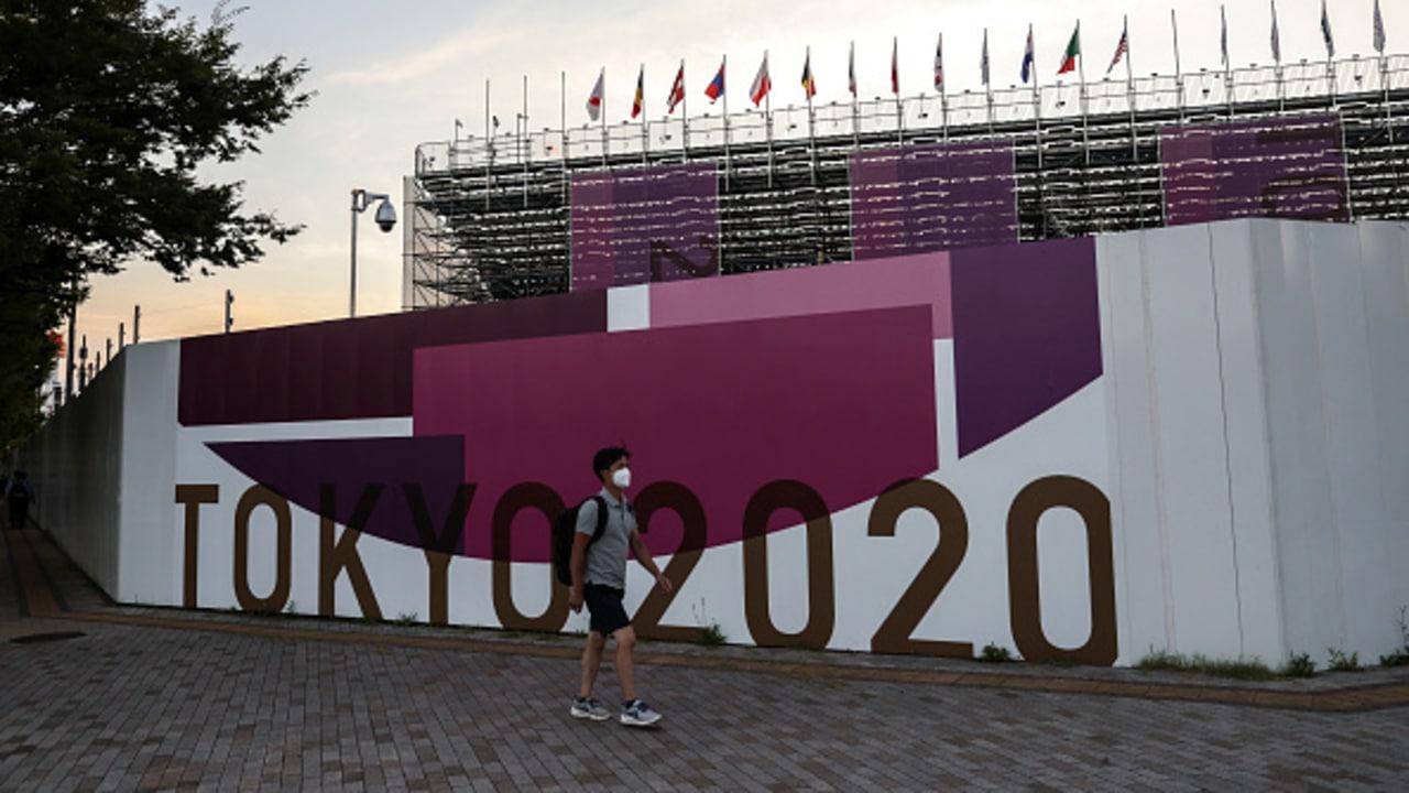 Un grupo de atletas fueron sorprendidos bebiendo en un parque de la villa olímpica.