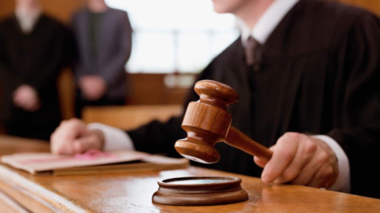 Un juez federal en Michigan, EEUU, ordena a pareja pagar a su hijo 30 mil dólares por tirar su porno