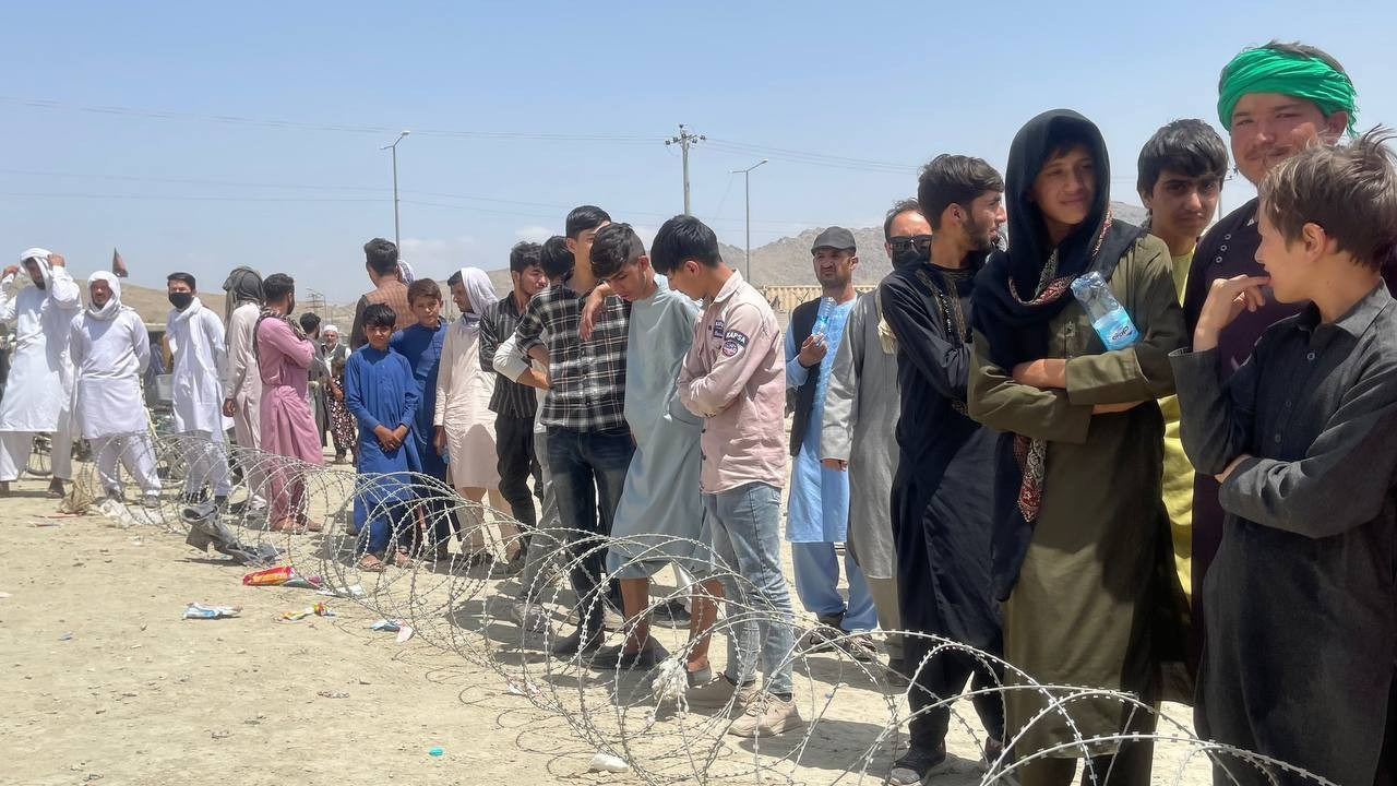 Los afganos continúan esperando alrededor del Aeropuerto Internacional de Kabul mientras intentan huir (Getty Images)