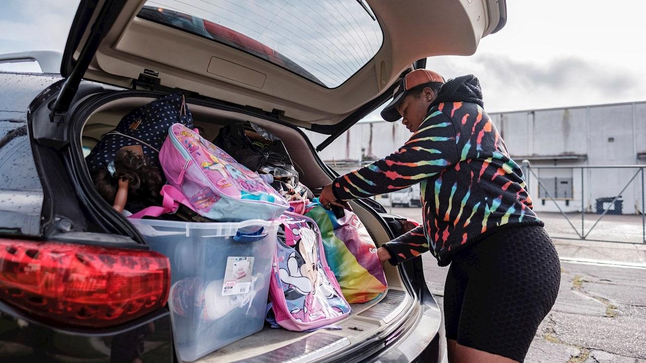 Los residentes abastecen sus automóviles de gasolina y compran alimentos