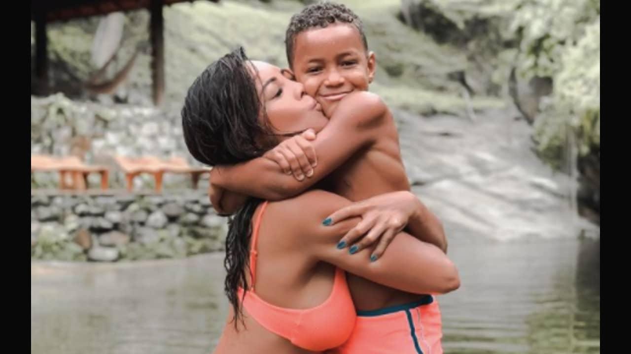 Modelo brasileña se vuelve viral por adoptar a niño que vivía en un basurero