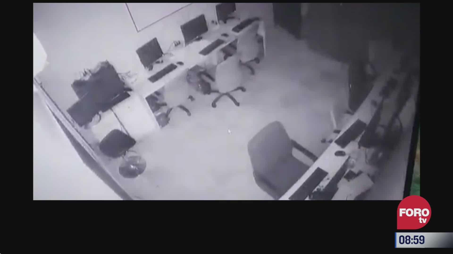 momento exacto en que silla se mueve sola en oficinas