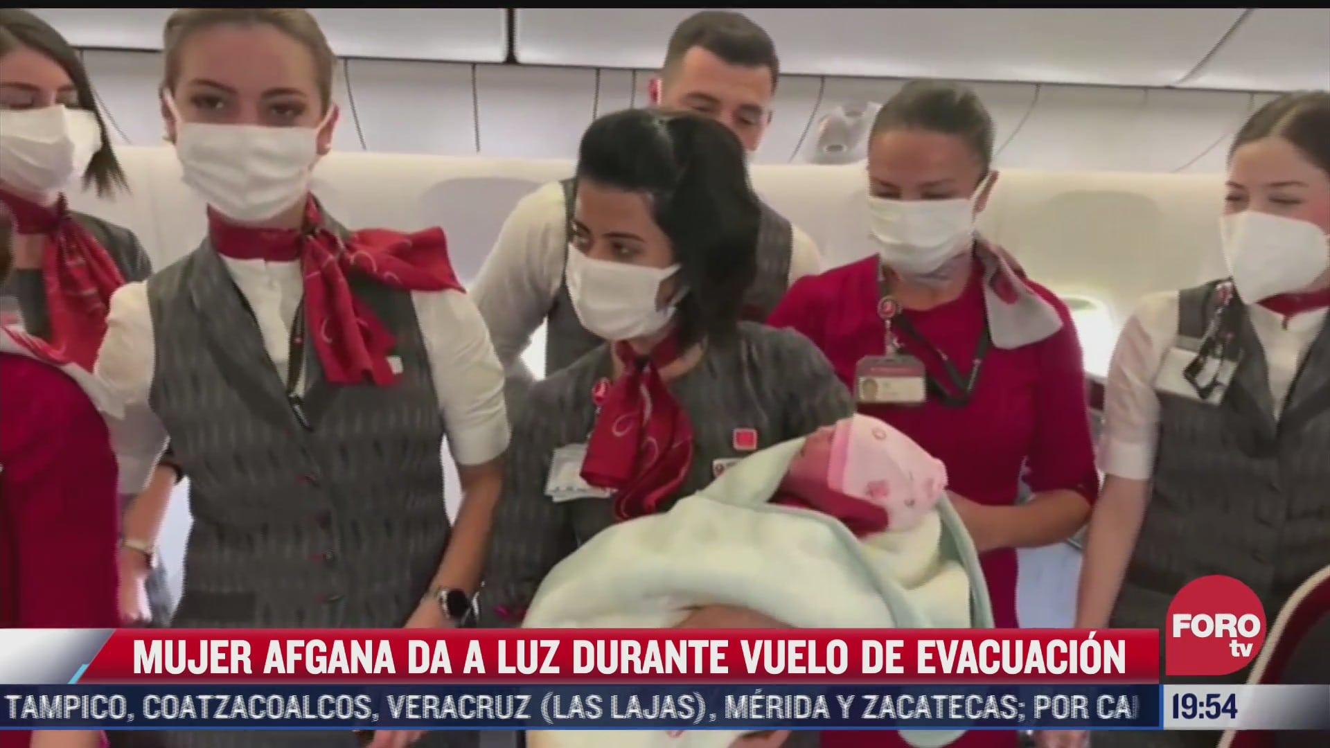 mujer afgana da a luz en pleno vuelo de avion