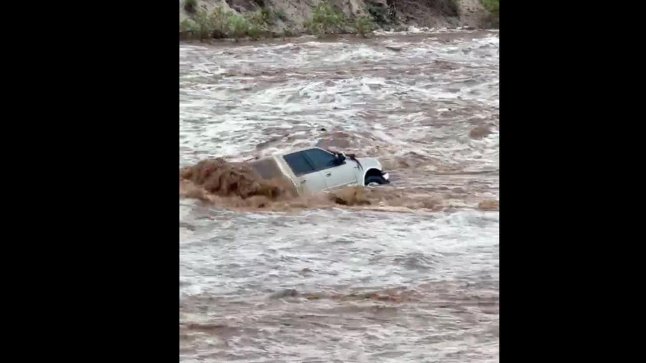 Mujer queda atrapada tras desbordamiento de arroyo por lluvias y es rescatada en La Paz, BCS