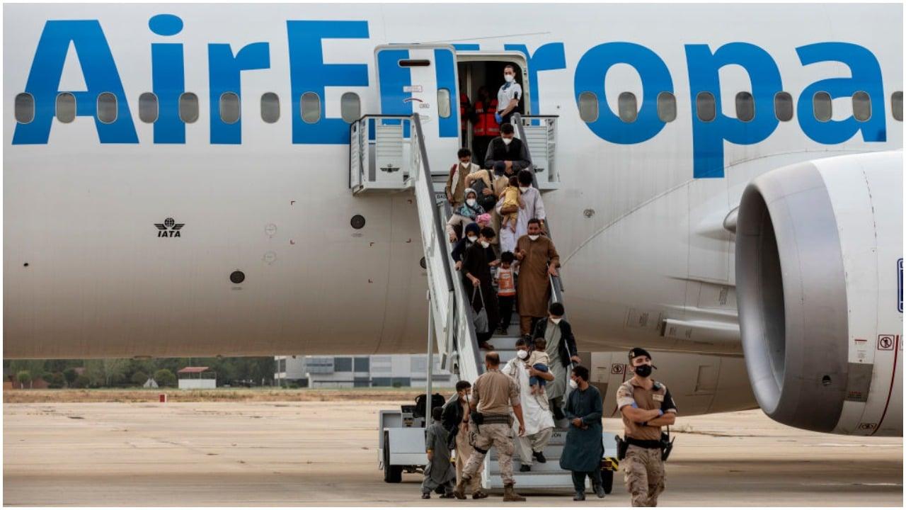 Niña de Afganistán salta de alegría al llegar a Bélgica y foto se hace viral