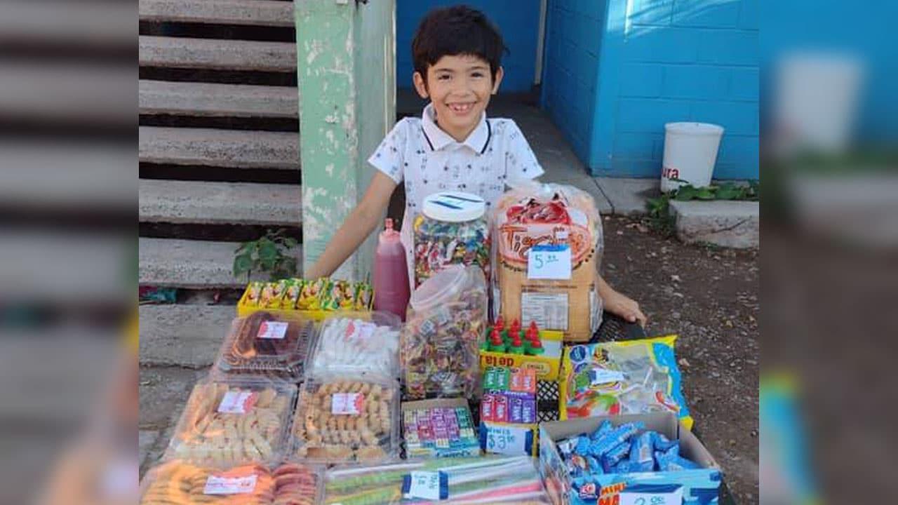 Niño vende dulces para pagar sus útiles escolares en Sonora