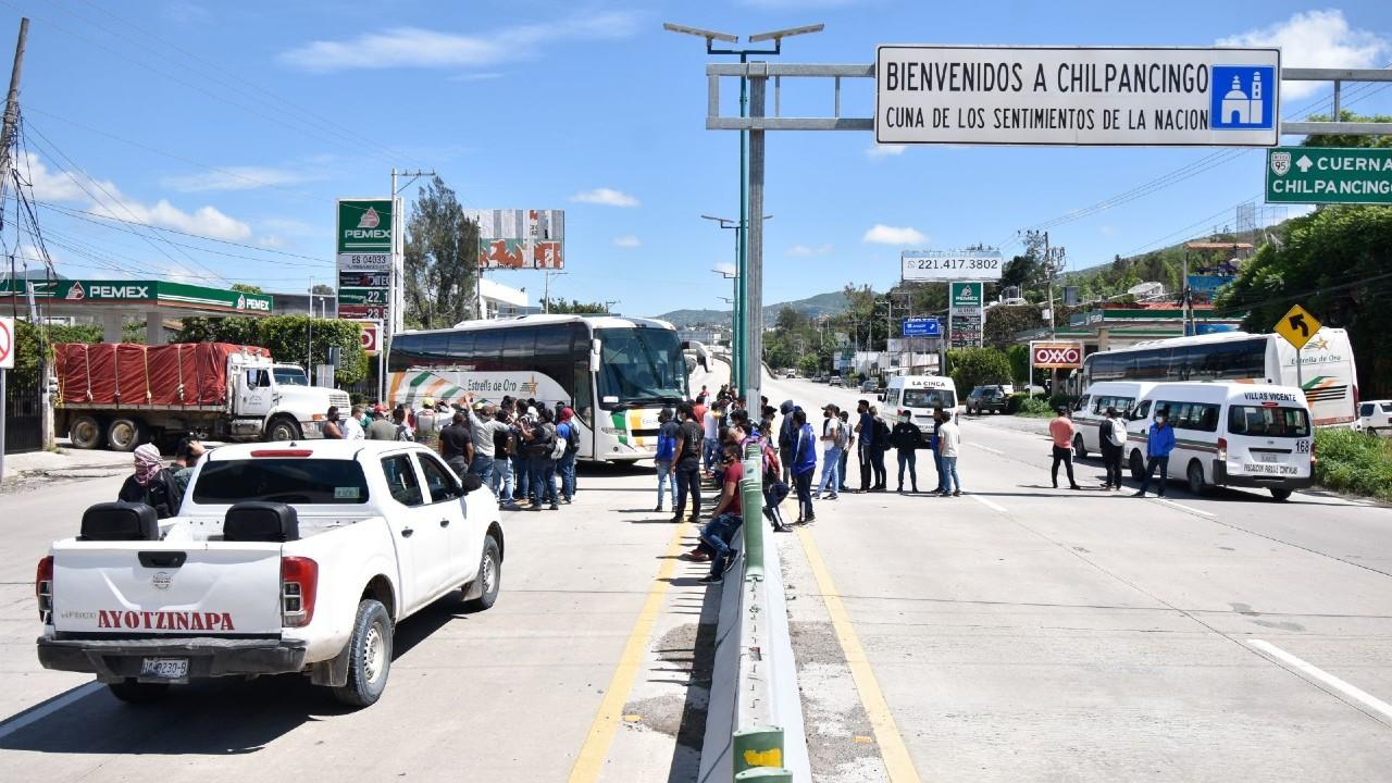 Normalistas bloquean Autopista del Sol para exigir respuesta a pliego petitorio