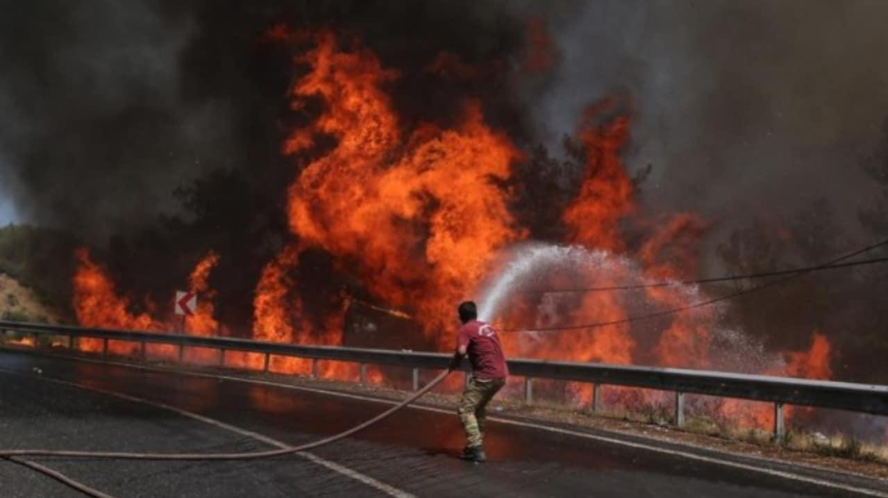 Suman 8 muertos y más de 860 heridos por incendios en Turquía