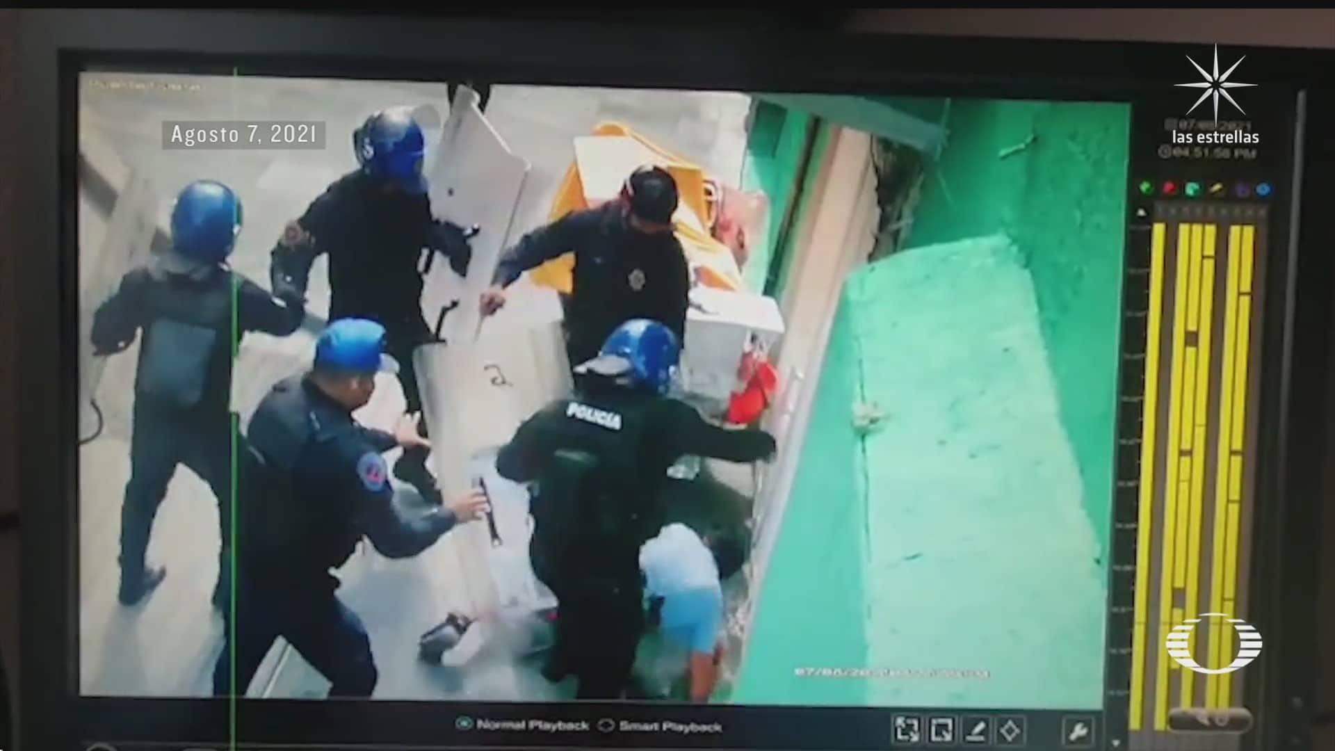 policias golpean a joven comerciante y lo detienen