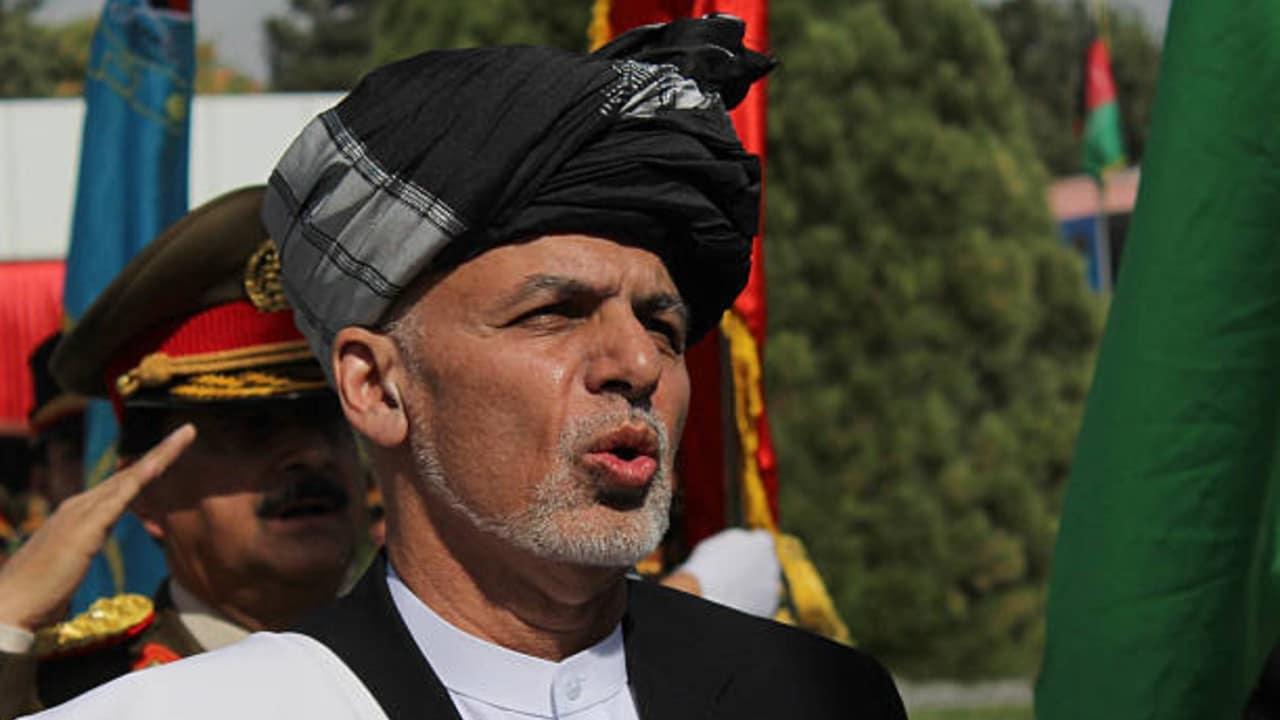 Presidente de Afganistán abandona el país ante asedio talibanes