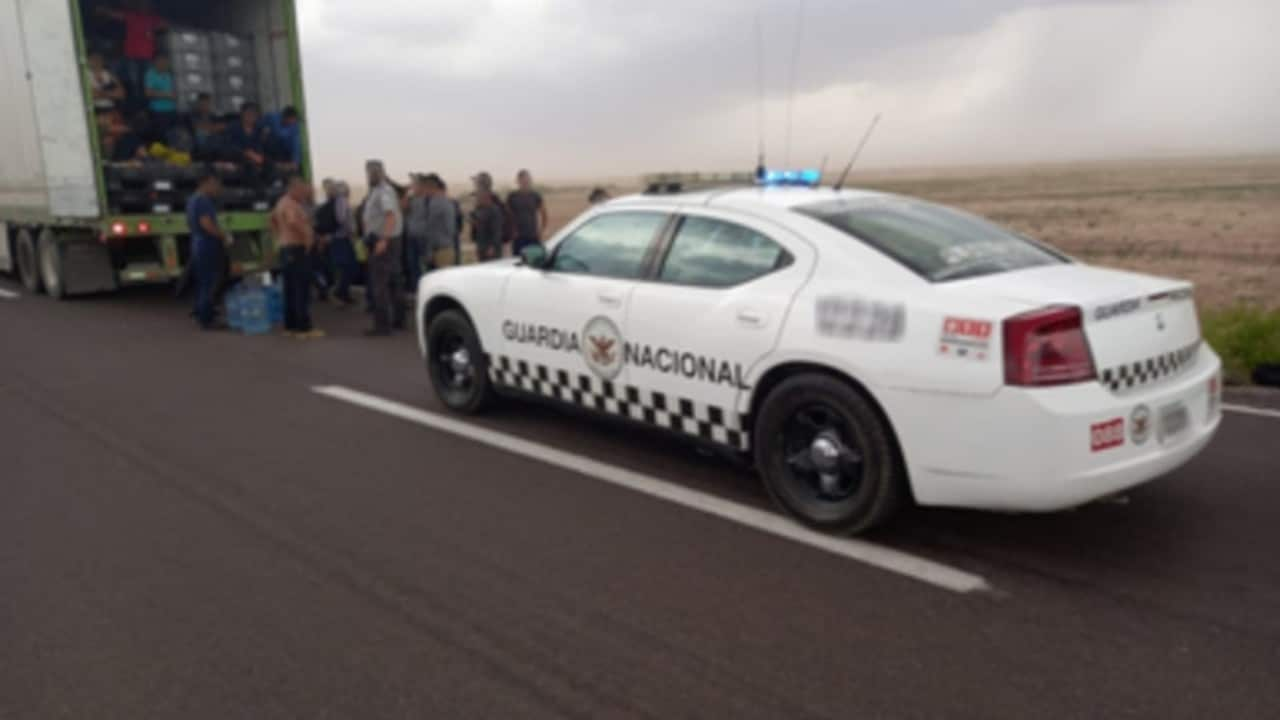 Rescatan a 35 migrantes centroamericanos en Durango; estaban hacinados en caja de tráiler