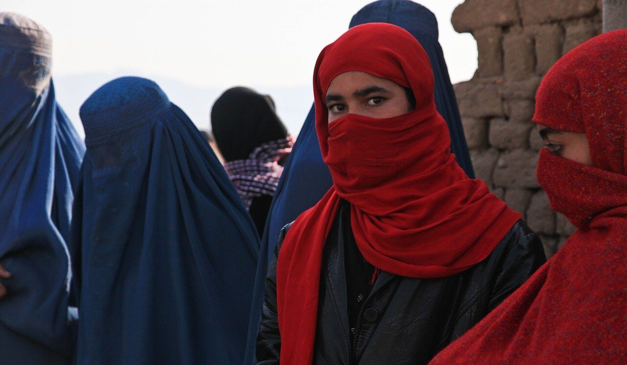 Estas son las restricciones que los talibanes aplican contra mujeres en Afganistán