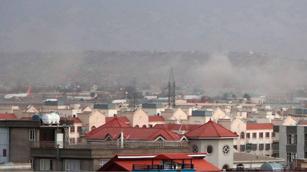 Se registra explosión afuera del aeropuerto de Kabul, en Afganistán