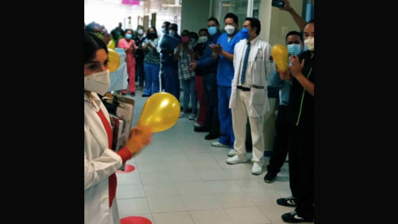 Jefa de servicio de hospital COVID-19 es sorprendida por sus compañeros