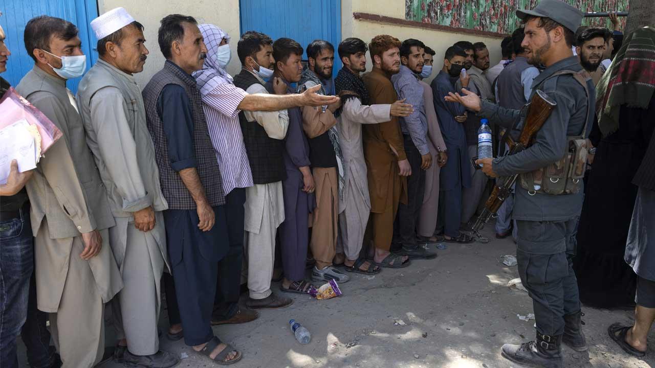 Talibanes armados ponen a civiles a trabajar en Afganistán