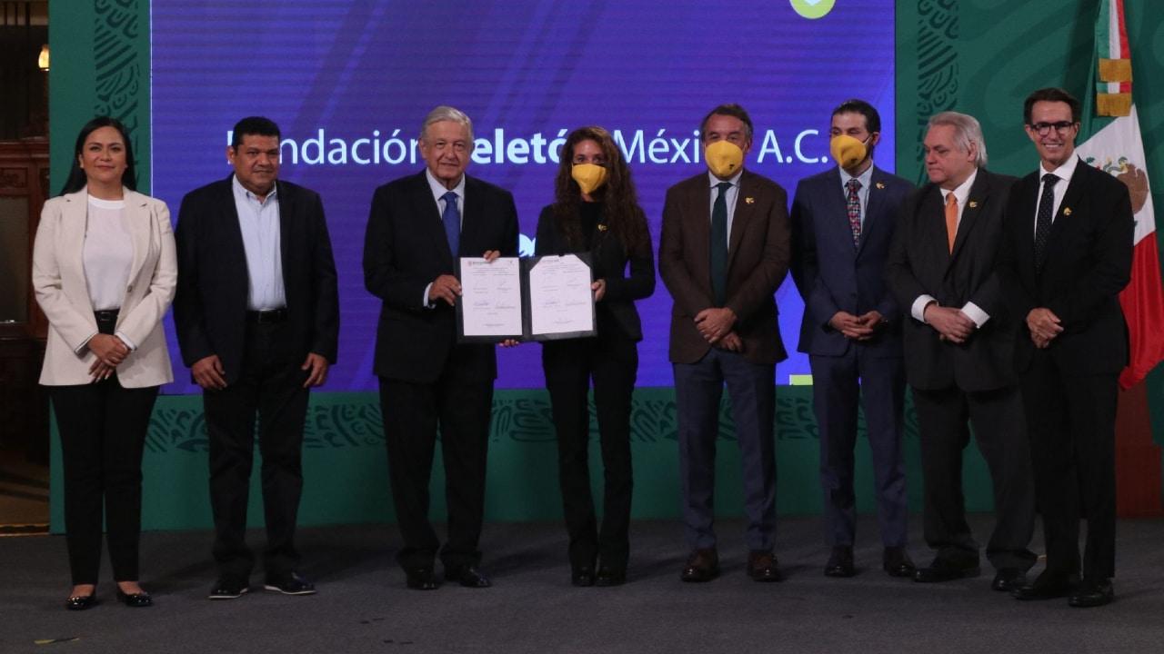 El presidente Andrés Manuel López Obrador, y el presidente de Grupo Televisa, Emilio Azcárraga Jean, firmaron un convenio para beneficiar a niños pobres con discapacidad.