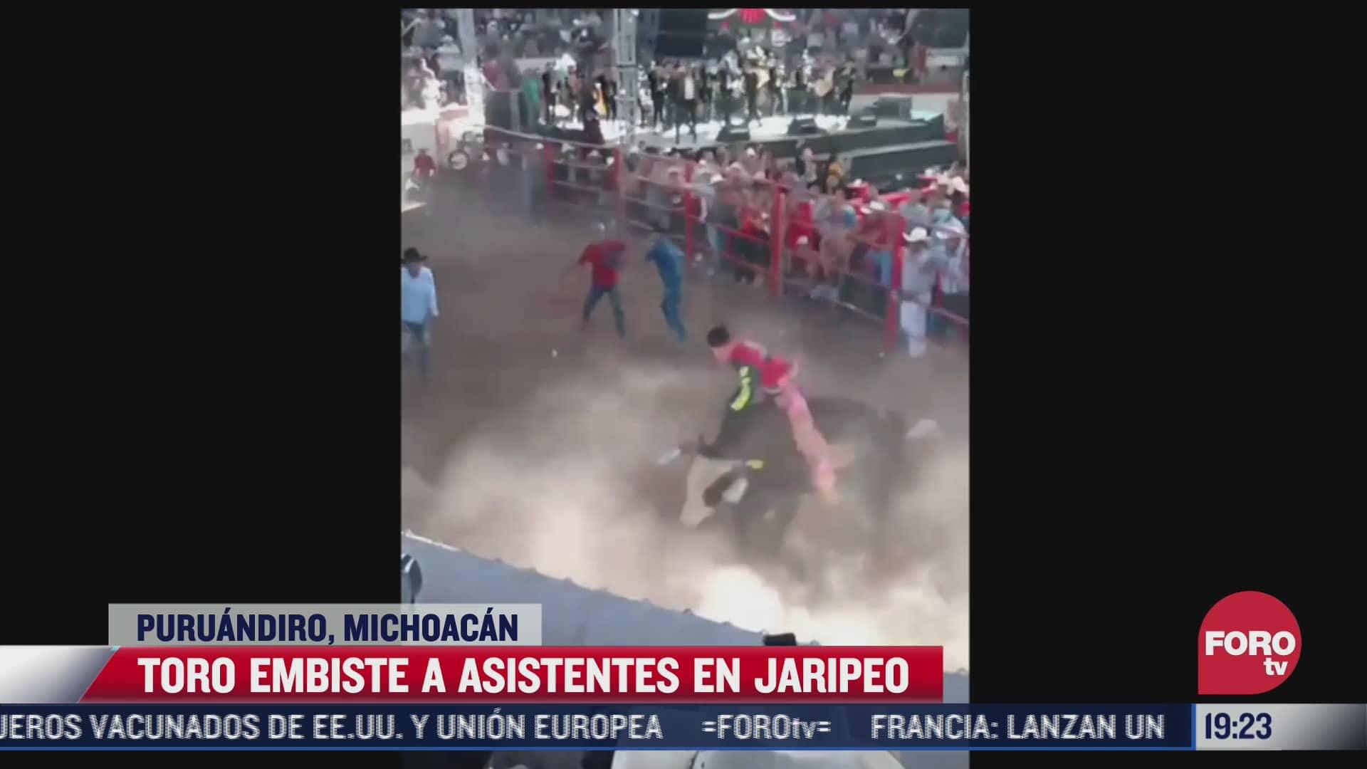 toro embiste a asistentes de jaripeo en michoacan