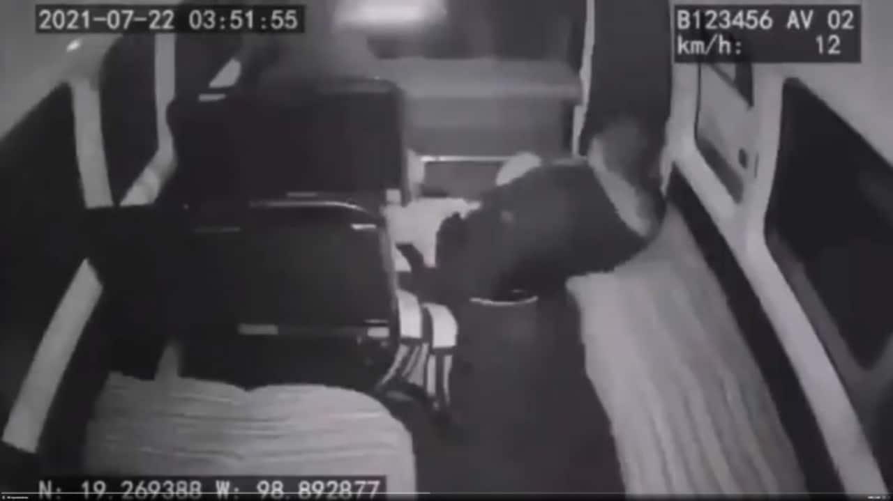 Chofer de combi acelera y ladrones salen volando en Chalco
