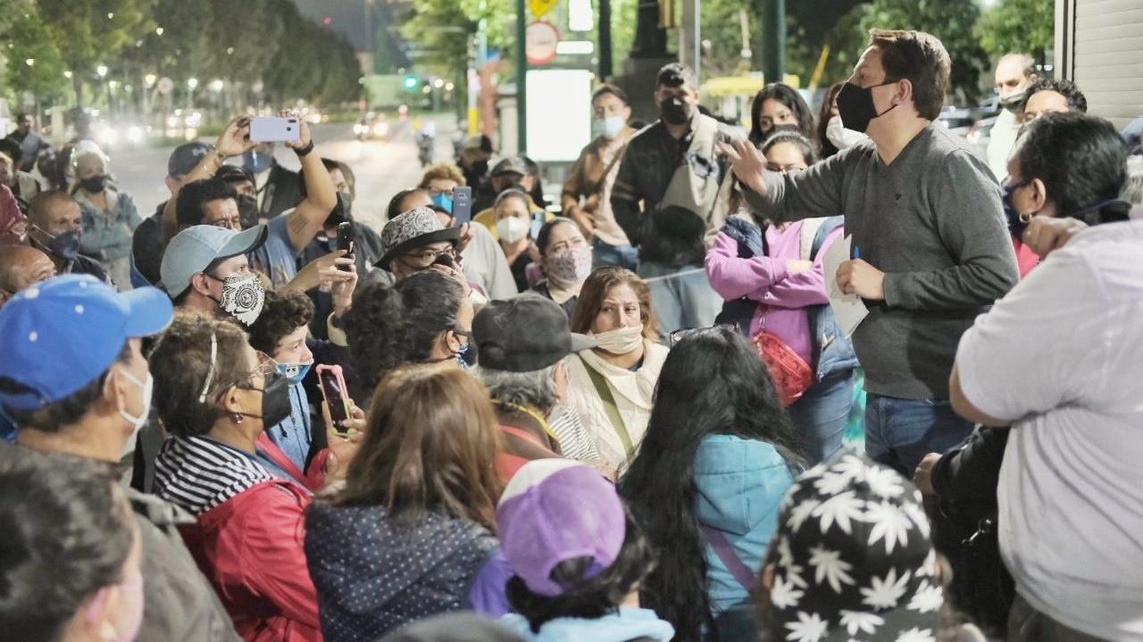 Néstor Núñez, alcalde de Cuauhtémoc, dialoga con los vecinos de la Tercera Sección de Tlatelolco