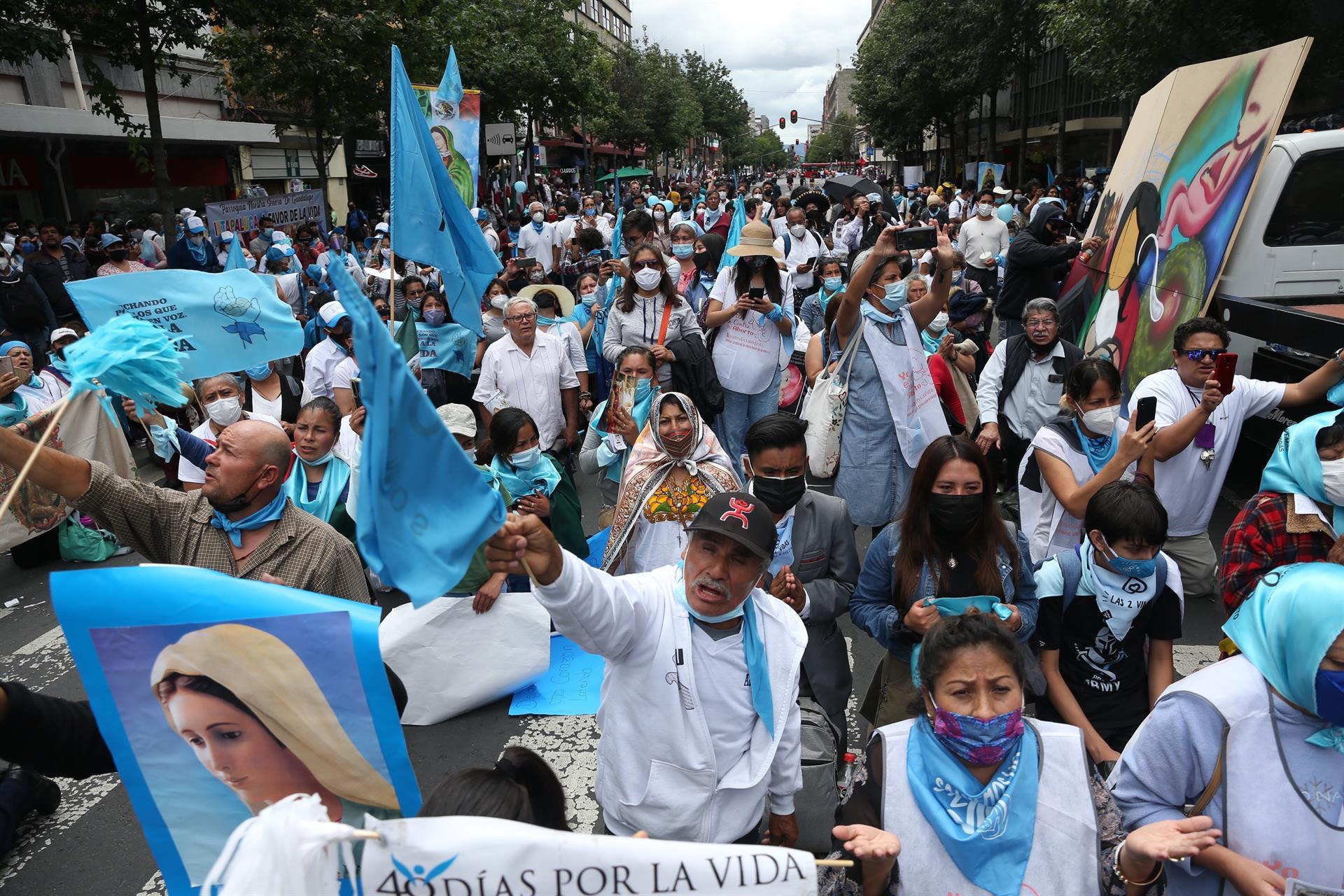 Integrantes de grupos provida protestan a las afueras de la Suprema Corte de Justicia (SCJN) (EFE)
