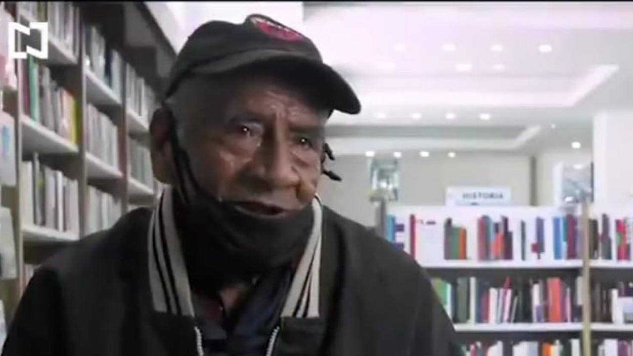 Abuelito se titula como ingeniero, para pagar sus estudios vende chiles y aguacates en tianguis de Puebla