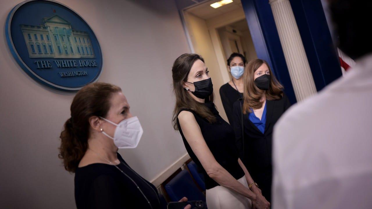 La actriz y activista Angelina Jolie conversa con los reporteros en la sala de información de la Casa Blanca (Getty Images)