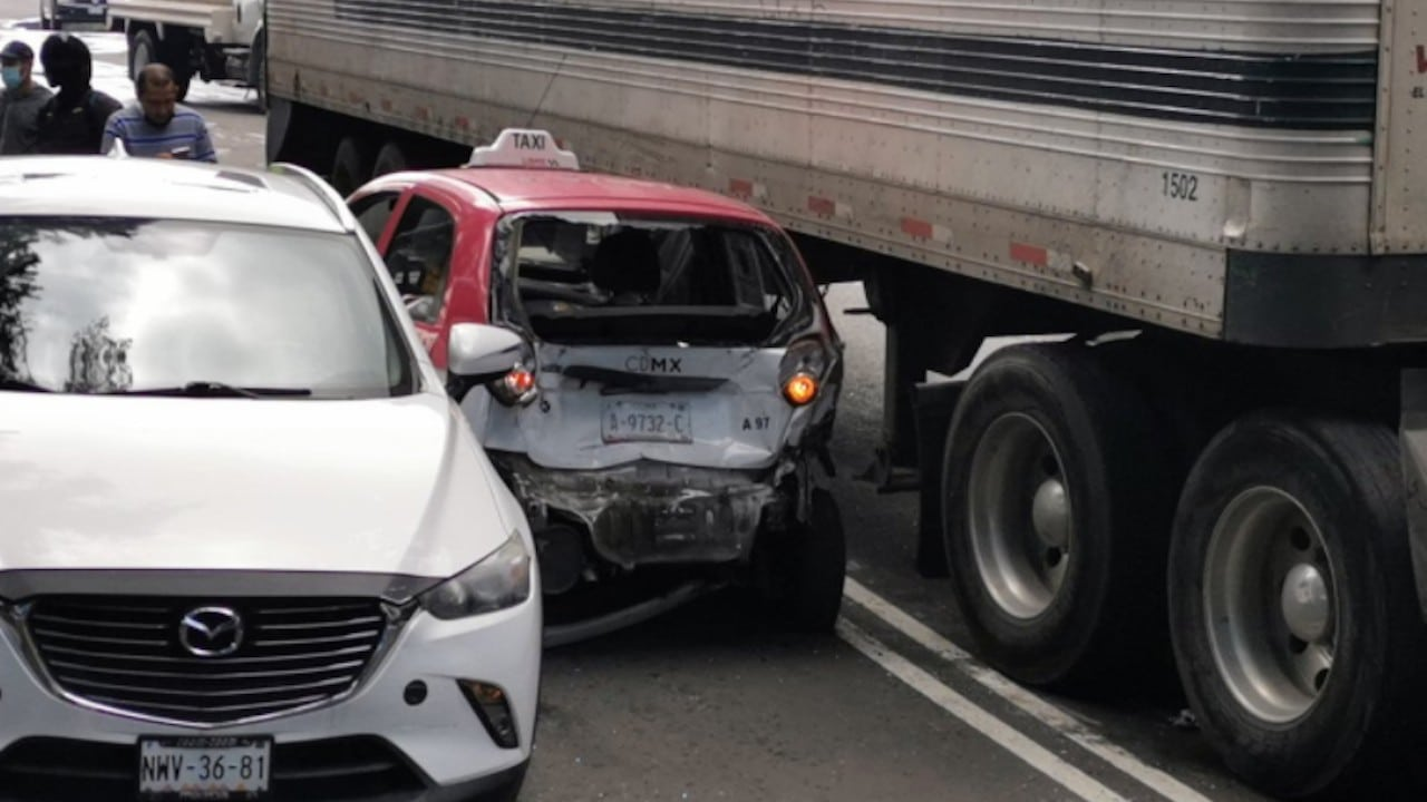 Un trailer choca contra varios vehículos en Eje 3 Añil, alcaldía Iztacalco (Twitter: @JesusAnayaMx)