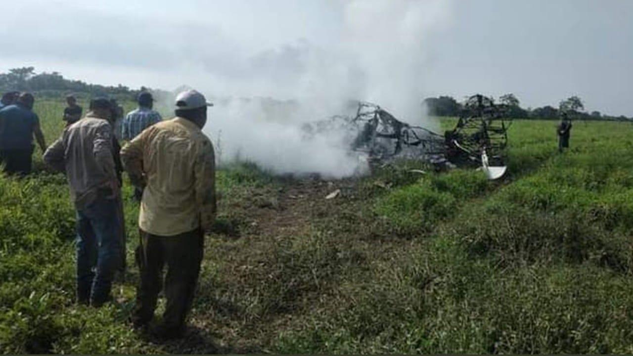 Accidente de avioneta que fumigaba en Tabasco (Twitter: @ABarloventoInfo)