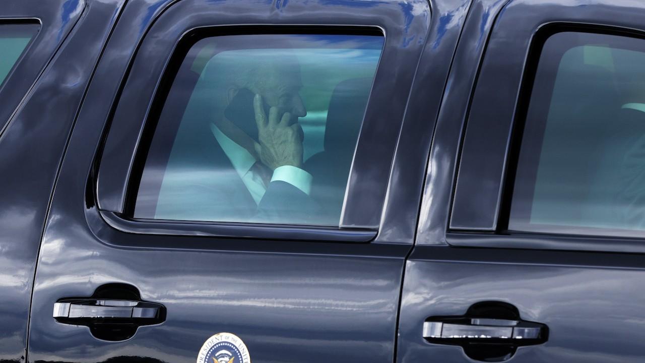 El presidente Joe Biden habla por teléfono
