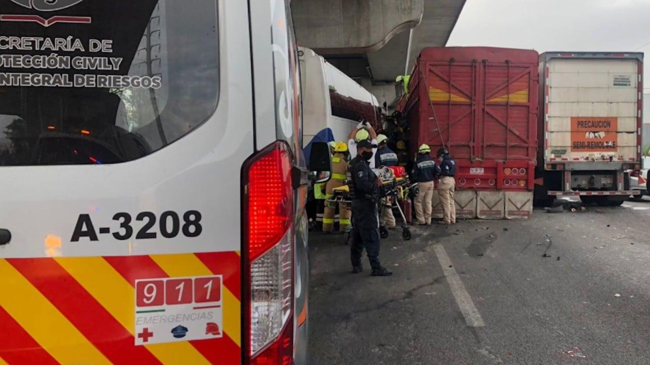 Labores de rescate tras accidente carretero en la autopista México-Puebla (Twitter: @PCPueblaCapital)