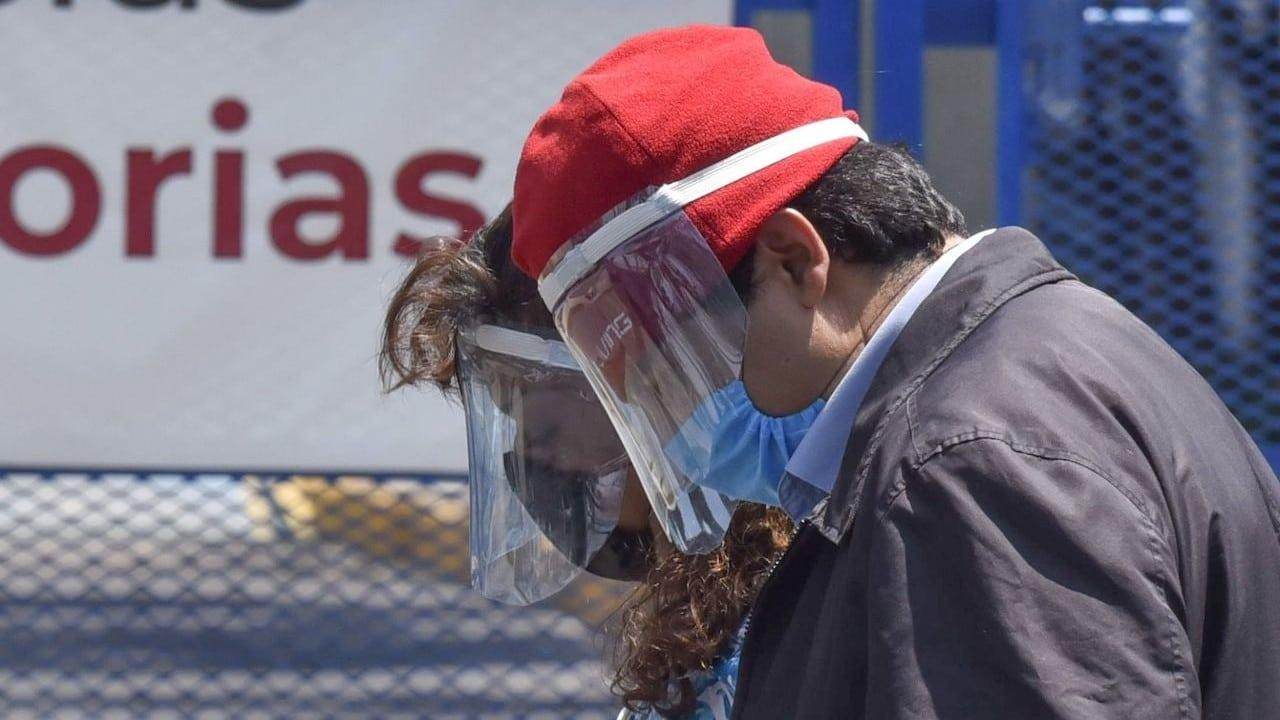 Inmediaciones del Hospital Juárez de Mexico para esperar noticias sobre sus familiares internados por covid (Cuartoscuro)
