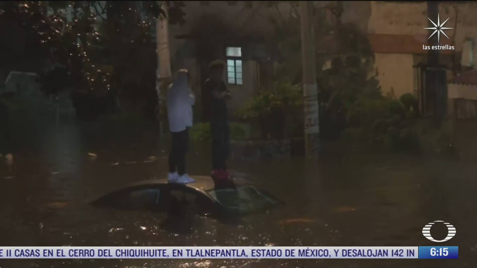 carro se queda varado en calle inundada de tlalpan