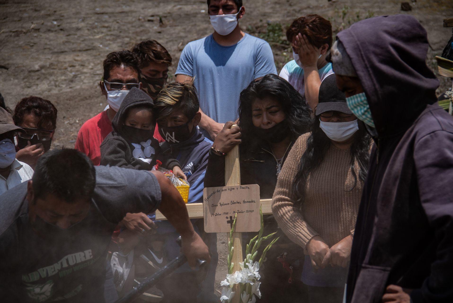 Familia despide a su difunto tras enfermar de covid, en el Panteón Municipal de Valle de Chalco (Cuartoscuro)
