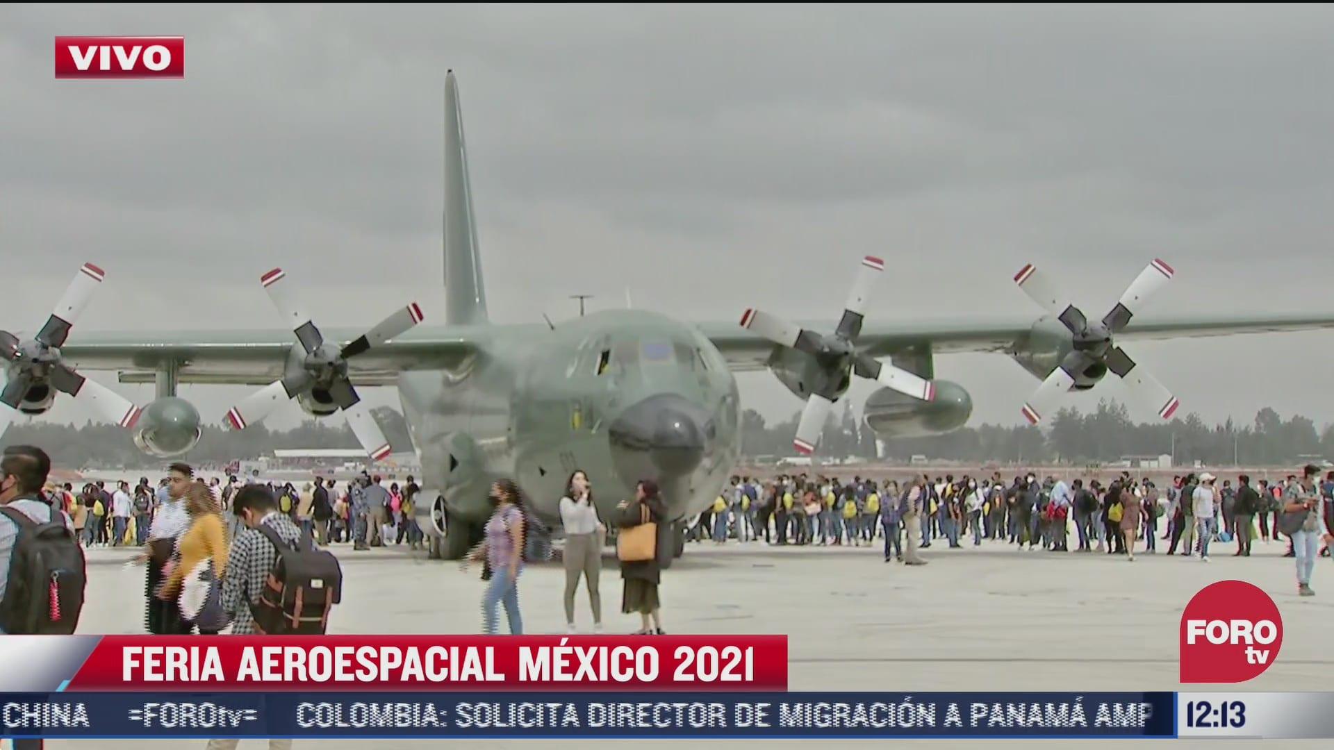 cientos de personas con cubrebocas disfrutan de la feria aeroespacial mexico