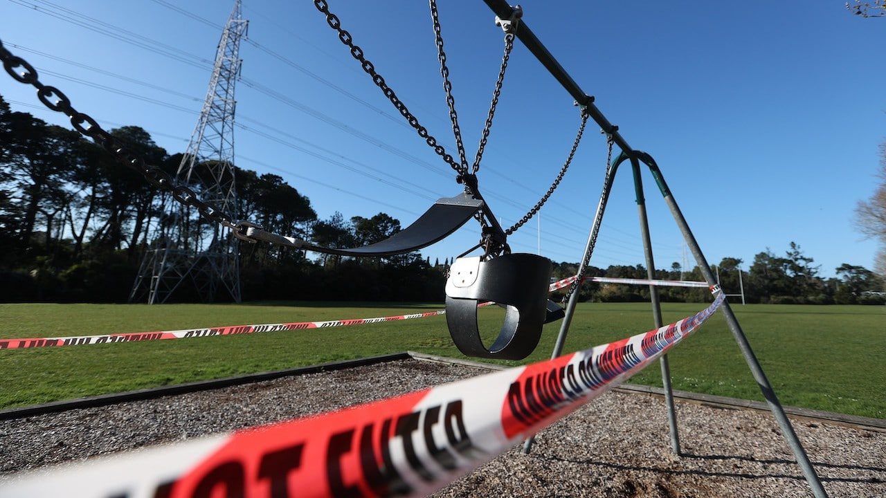 Un columpio es amarrado en Auckland, Nueva Zelanda como restricción sanitaria por COVID-19 (Getty Images)