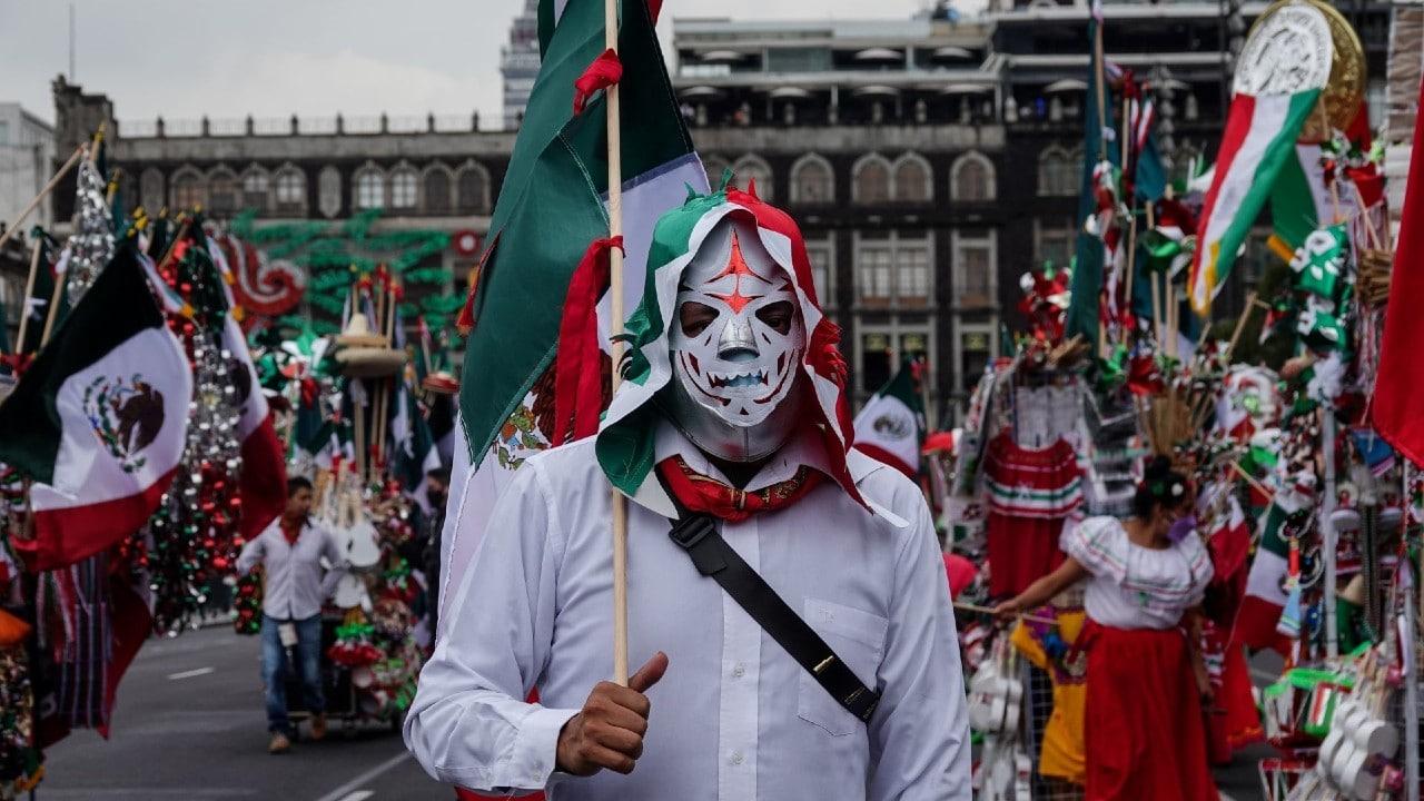 Caravana de artesanos de Toluca dan banderazo para vender adornos patrios en CDMX