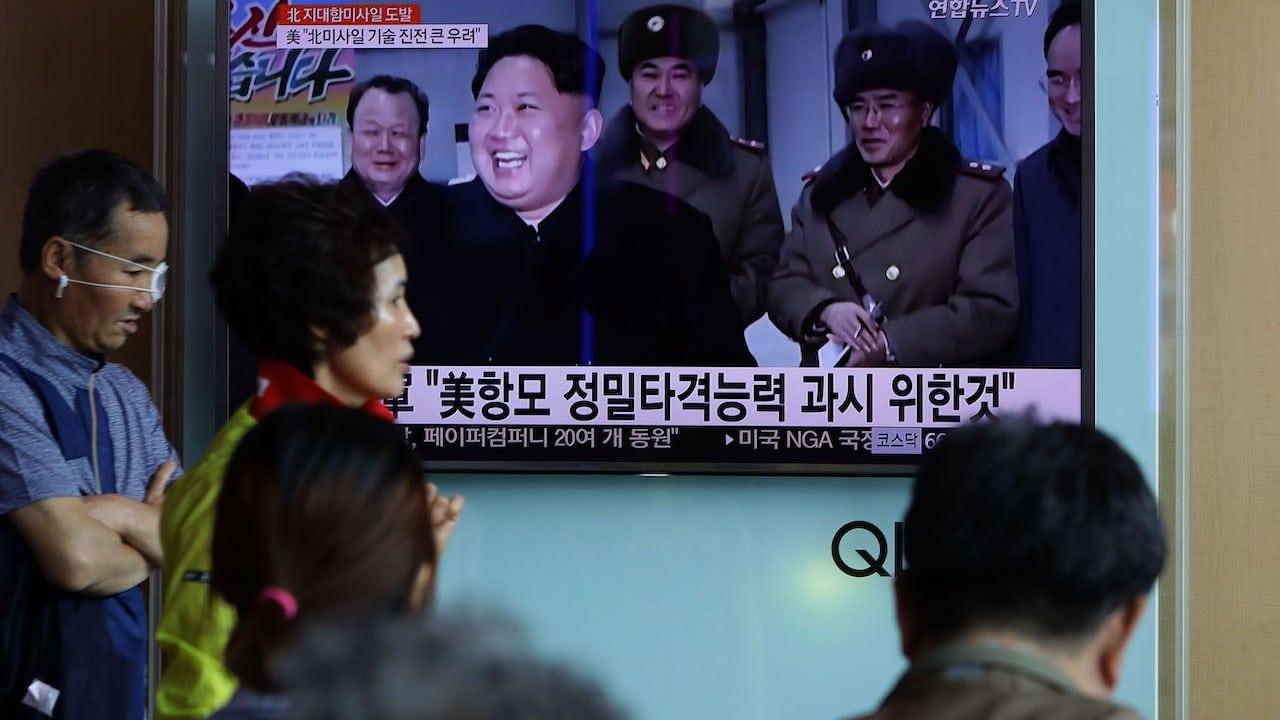 Transmisión de televisión que informa sobre el lanzamiento de un misil norcoreano (Getty Images)